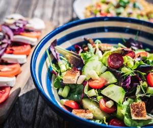 Satt mit Salat mit Gemüse